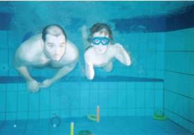 Papa mit Tom - hier 4,5 Jahre alt - unter Wasser